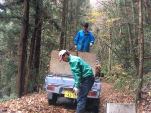 山中で落ち葉拾い