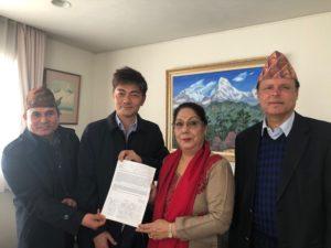 駐日ネパール大使に署名を手渡しました