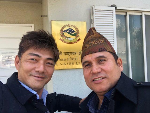 ネパール大使館前でKhattriさんと